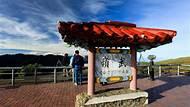 合歡山 - 武嶺亭 本攝影機架設地為武嶺亭,位於臺14甲 31K+500,標高 3275公尺。由交通部公路總局第二區養護工程處提供。 【武嶺】 武嶺乃合歡主峰與東峰間的鞍部,位於昆陽之北,海拔3275公尺,是台灣驅車便能上達的最高點,除西側有部份遮蔽外,四周山線盡收眼底。東邊觀景台位置極佳,可眺望層峰連天的奇萊山群及合歡山坡綿延的箭竹草坡,視野壯麗遼闊,於晨昏之際,更有翻騰的雲氣,輕搔旅訪的心海。 此外,這裡可以體驗晴朗的冷冽,日可賞光影為大地的顏著,夜可觀星賞月;夏花冬雪,美不勝收。 【合歡山國家森林遊樂區】 合歡山早於民國52年由林務局創辦森林遊樂區,是臺灣第一座森林遊樂區。 素有「雪鄉」之稱的合歡山位於花蓮縣與南投縣的交界,是臺灣主要河流大甲溪、濁水溪與立霧溪的分水嶺。合歡群峰共由七座山所串連:主峰標高3,416公尺、東峰3,421公尺、北峰3,422公尺、西峰3,144公尺、石門山3,236公尺、合歡尖山3,217公尺、石門北峰3,278公尺(前五座更名列「臺灣百岳」中)。 省14甲公路(大禹嶺到武嶺路段)為亞洲海拔最高的公路,計有大禹嶺與霧社兩個入口,由大禹嶺入山,可欣賞中橫公路景觀,若自霧社進入,一線直達廬山、一線則經清境農場、梅峰、翠峰、鳶峰、昆陽、武嶺至大禹嶺。沿途盡是高山鐵杉、白枯木與箭竹林大草原等特有高山景觀。 資料來源:太魯閣國家公園、交通部觀光局、台灣山林悠遊網