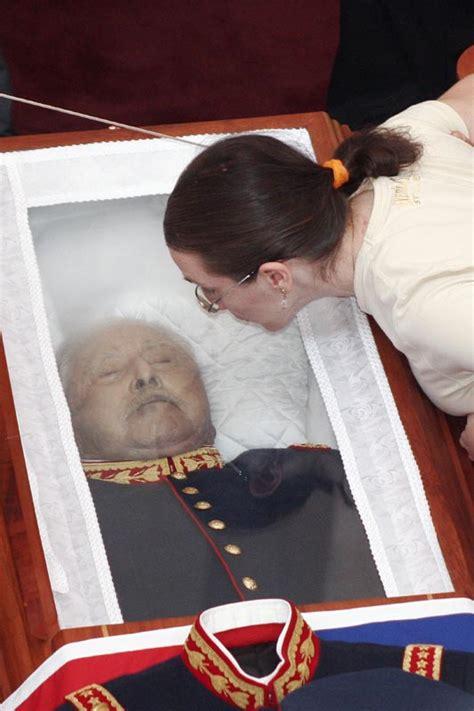 File:Pinochet muerto.jpg - Wikimedia Commons