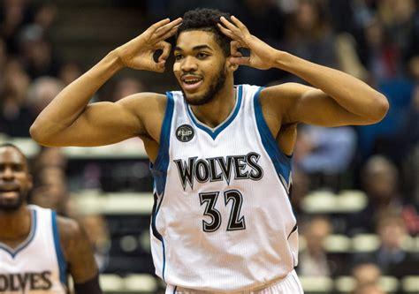 Karl-Anthony Towns plays with three shoes for 12 seconds ...